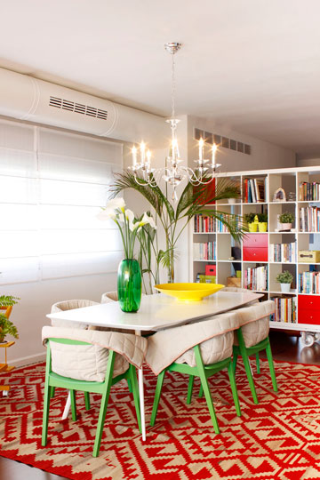 השולחן והשטיח מ''קסטיאל'', הכסאות מ''איקאה'' (צילום: אפרת לוזנוב)