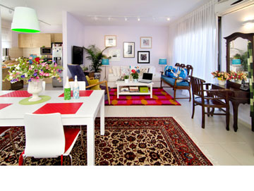 מזהים את הספסל והשידה בסלון הדירה הקודמת? (צילום: אילן נחום)