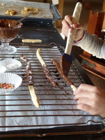 מברישים מקלות מיקאדו בשוקולד (צילום: מרילין איילון )