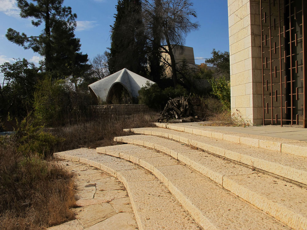 בית התה, כפי שהוא נראה היום. ברקע אפשר לראות את תיאטרון ירושלים, ששליש מעלות בנייתו תרם מיילס שרובר. במרחק הליכה קצר נמצאים גם משכן הנשיא, מכון ון ליר והאקדמיה למדעים