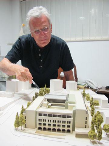 אדריכל יעקב מולכו ודגם המלון (צילום: מיכאל יעקובסון)