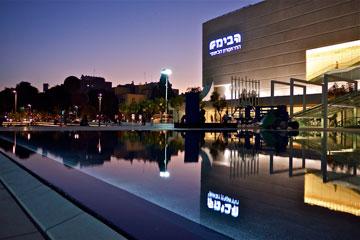 """כיכר התרבות בתל אביב - פרויקט נוסף של קרוון. """"כבר התרגלו אליה"""" (צילום: איתי סיקולסקי)"""