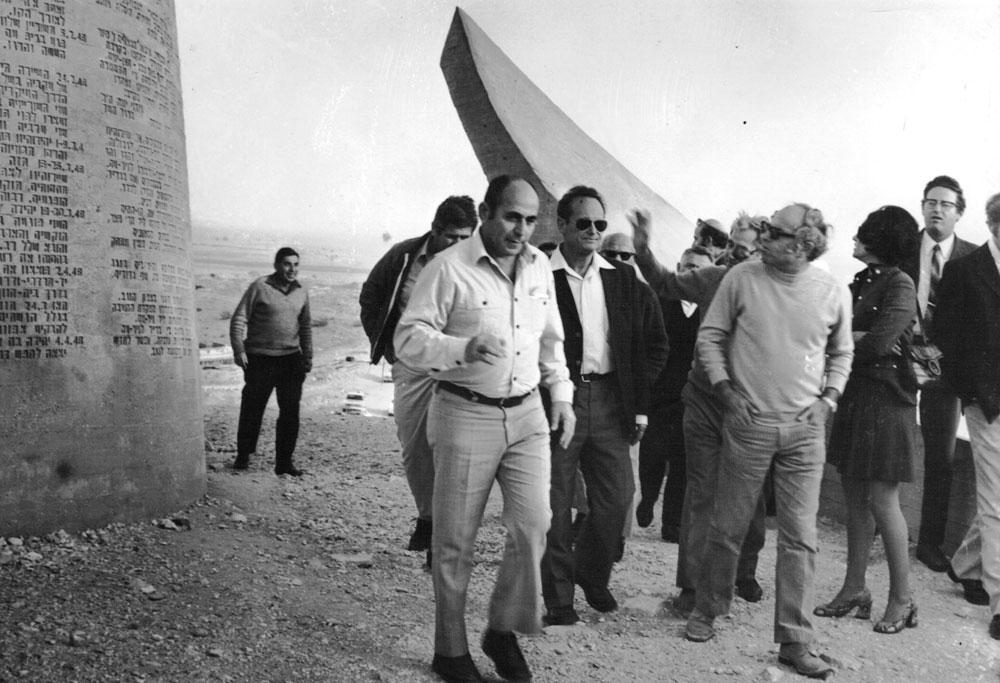 השר יגאל אלון והמהנדס מיכה פרי (לימינו, בחולצה בהירה) בטקס חנוכת האתר, 1968 (צילום: גואל דרורי)