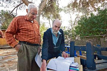 האדריכל אהרן בן-אפרים (מימין), שחידש את המבנה, יחד עם אדריכל מיכאל רטנר, בנו של אדריכל המגדל, בוחנים את התוכניות המקוריות (צילום: איתי סיקולסקי)