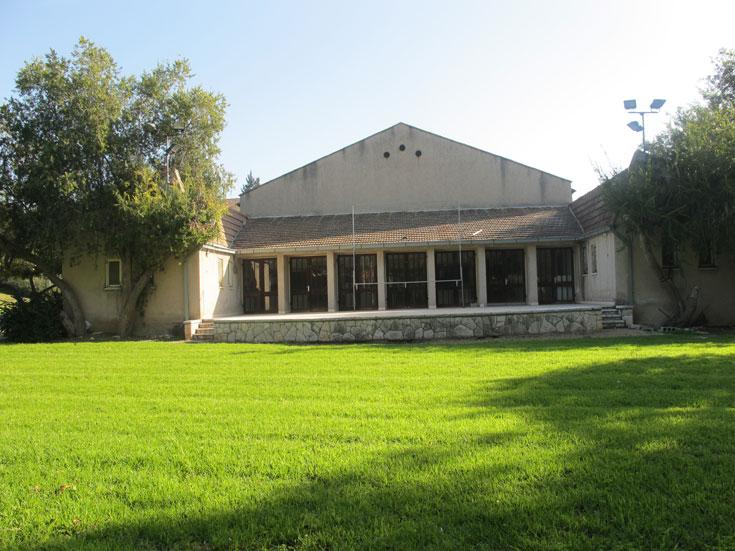 החזית המערבית של חדר האוכל ''החדש'' (נבנה בשנות החמישים). האדריכל שילב במה פתוחה למופעים ולטקסים בלילות הקיץ החמים (צילום: מיכאל יעקבסון)