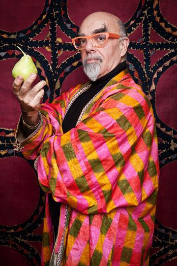 אהרוני במעיל איקט עשוי משי ארוג בן 100 שנה, שהיה שייך לסבו  (צילום: ענבל מרמרי)