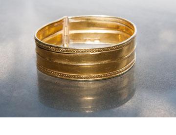 צמיד זהב מבוכרה. ''הצמיד הזה בן מאה שנה והיה שייך לסבתי מבוכרה'' (צילום: ענבל מרמרי)