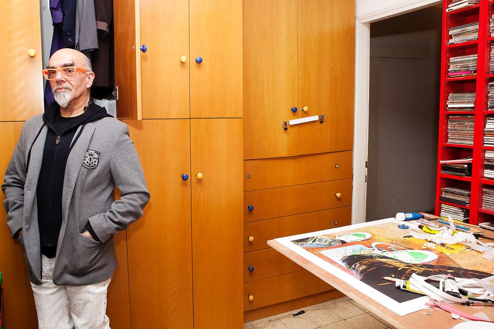 """""""גם כאשר הייתי שמן אהבתי להתלבש, אבל במסגרת מגבלות הגוף''. אהרוני ליד ארון הבגדים שלו (צילום: ענבל מרמרי)"""