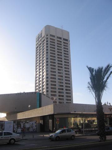 ומגדל גן העיר באבן גבירול. המגדלים האלה מתחברים לרחוב ולא הורסים אותו (צילום: Gellerj, cc)