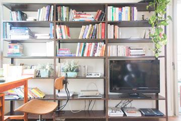 ספריית הברזל בפינת העבודה והטלוויזיה (צילום: יהונתן ה. משעל, סטיילינג צילומים: סברינה צגלה)