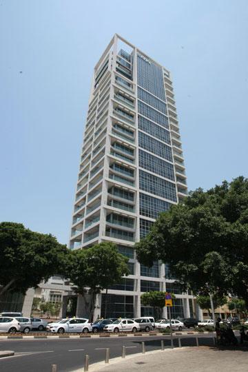 מגדל G. למרות הדיירים המפורסמים, הציבור מעדיף לעבור מדרכה (צילום: שאול גולן)