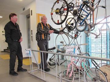 ידידיה ורדי (מימין), עם האדריכל דוד נופר, מדגים את שעון האופניים (צילום: מיכאל יעקובסון)