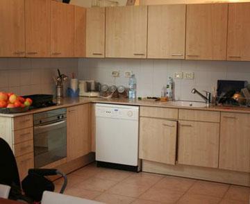 ארונות המטבח לפני השיפוץ (צילום: הגר יואלי)