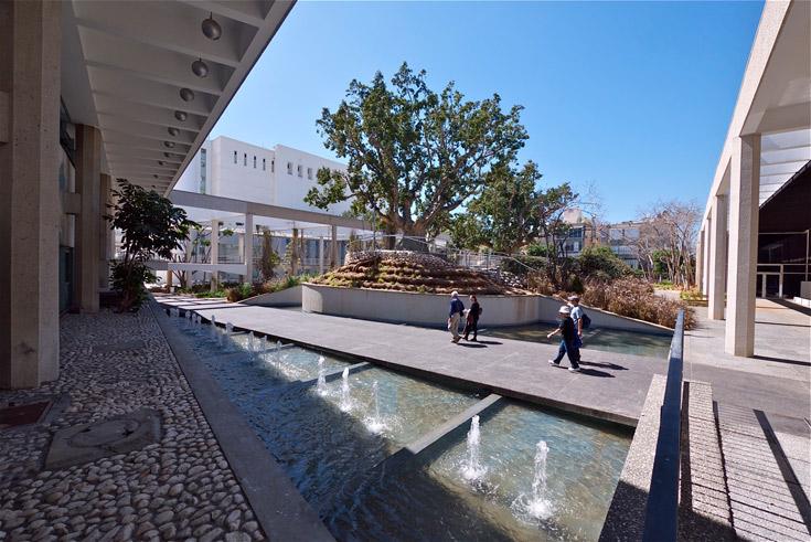 גן יעקב, בין ביתן הלנה רובינשטיין (מימין) והיכל התרבות (משמאל). יצירה מפורסמת בסכנה מיידית (צילום: איתי סיקולסקי)