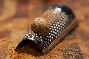 תעשו לעצמכם טובה - תבלו באגוז מוסקט במקום באבקת מרק (צילום: thinkstock)