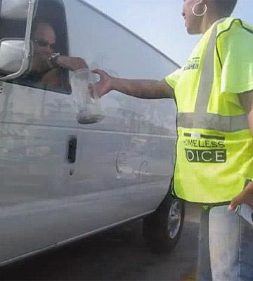 דביקה, מסריחה ועצבנית: פטרסון מסכמת את יום איסוף התרומות בכביש
