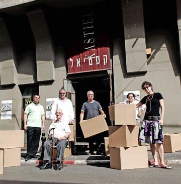 משפחת קסטיאל בפתח החנות בדרום תל אביב (צילום: פיני סילוק)