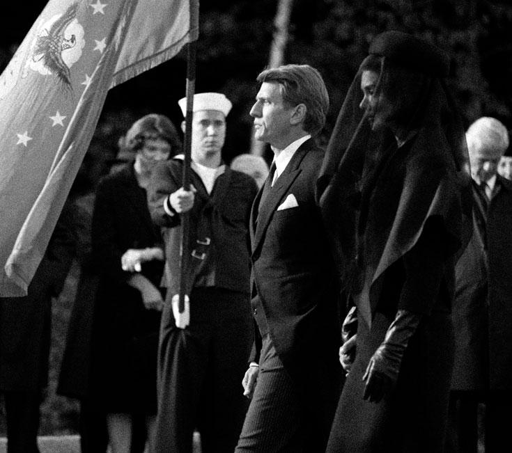 סצנת הלוויה בקנדיס. קייטי נכנסת לנעליה של ג'קי (צילום: באדיבות  2010 Kennedys Productions (Ontario) Inc. and Zak Cassar)