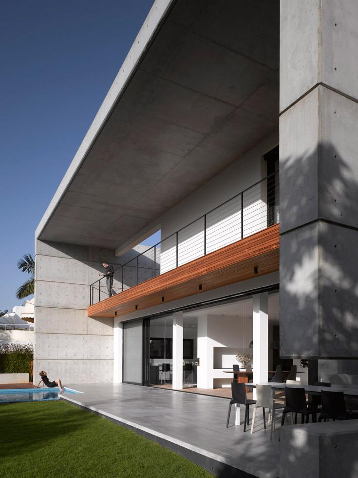 צדו האחורי של הבית. ריבוי הפתחים גורם לבטון להיראות כאילו הוא מרחף באוויר (צילום: עמית גרון )