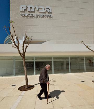 רם כרמי, מתכנן ''הבימה'', צועד בכיכר החשופה. באופן אירוני, הבניין שלו נותן פתרון לכיכר החשופה (צילום: איתי סיקולסקי)