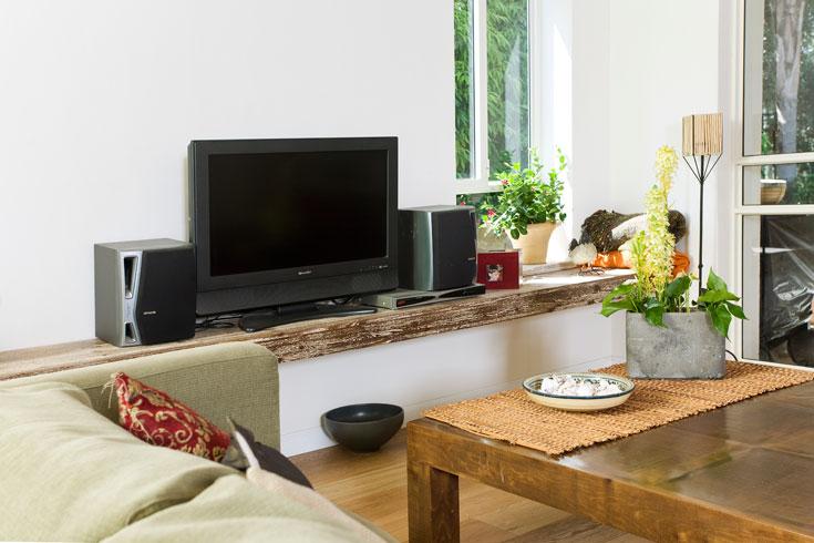 מדף בסלון - במקום המזנון המסורתי. צבוע בשיטת הליימינג (צילום: רני לוריא )