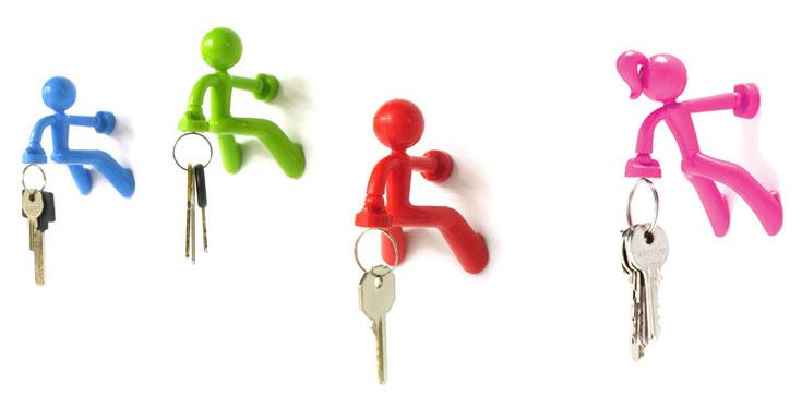 האנשים הקטנים שאוחזים במפתחות, אחד העיצובים הפופולריים של פלג. מימין: התוספת החדשה והנשית שמצטרפת לקו (צילום: דן לב)