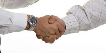 לחיצת יד חזקה - סימן לחיים ארוכים (צילום: shutterstock)