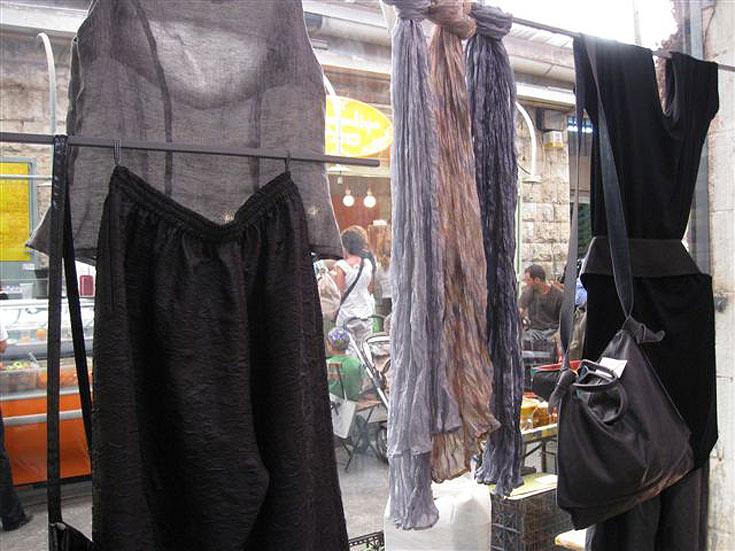 שוק מחנה יהודה. אם תפשפשו טוב תמצאו גם בגדי מעצבים (צילום: אריאלה אפללו)