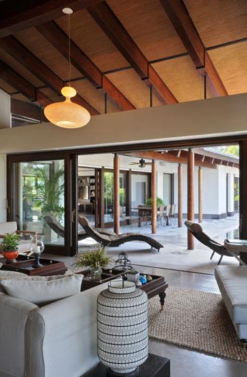 בית בכפר שמריהו, בתכנון פלסנר אדריכלים ואדריכלית רות פקר. ''משטחי הצללה חיוניים לחללים פנימיים'' (צילום: שי אדם)