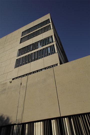 בית המשפט. פנים הבניין מעוטר ביציקות בטון בעיצובו של דני קרוון (צילום: אמית הרמן)