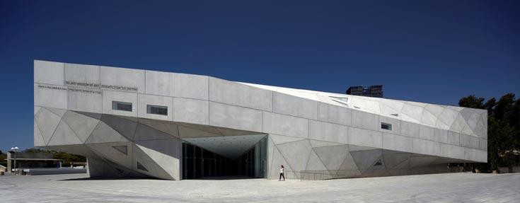 האגף החדש של מוזיאון תל אביב. 26 מטרים גובהו, מחציתם טמונים באדמה אך אין תחושת חנק (צילום: עמית גרון)