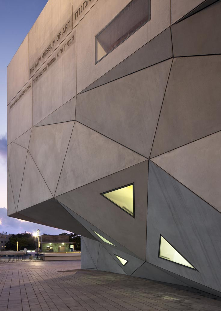 גלריות מלבניות נמצאות במבנה משולש. האדריכל יצר אשליה של צורות אקראיות, היוצרת תחושה של מטאור שנחת בעיר (צילום: עמית גרון)