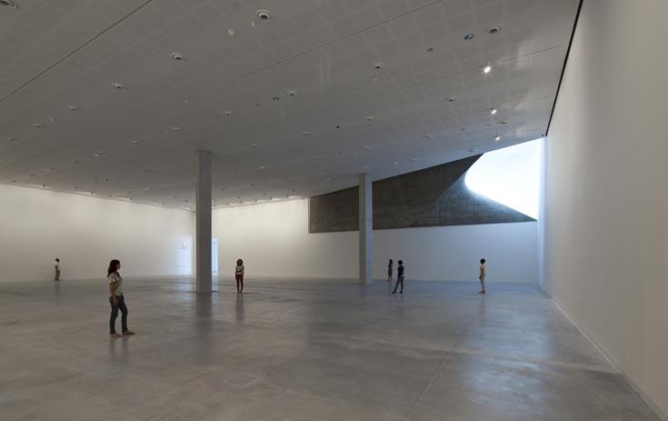 אור טבעי יש רק באולם המרכזי, בספרייה ובמסעדה. כזכור, חלקים גדולים מהבניין נמצאים מתחת לאדמה (צילום: עמית גרון)