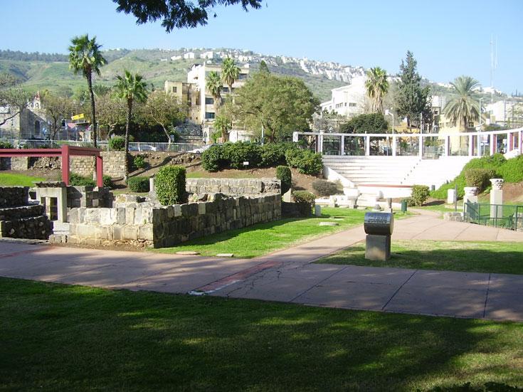 טבריה העתיקה, היום. החומות נשמרו, ביניהן דשאים ומלונות ענק (באדיבות משרד אמנון בר אור אדריכלים)