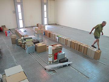פנים בניין הארכיון הנטוש, ומנהלו אמוץ פלג (צילום: מיכאל יעקובסון)