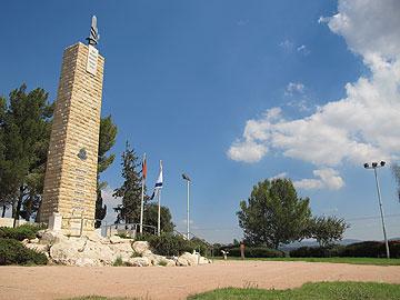 """""""מצבת הגבורה"""" הבולטת שבחזית אתר ההנצחה לחללי חיל ההנדסה  (צילום: מיכאל יעקובסון)"""