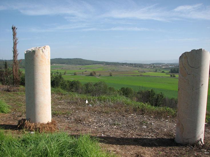 """הנוף שנשקף משרידי הכפר ח'ולדה הערבי. הכפר, שמוזכר עוד בתקופה הצלבנית, פונה על-ידי צה""""ל ב-1948 ותושביו גורשו (צילום: מיכאל יעקובסון)"""