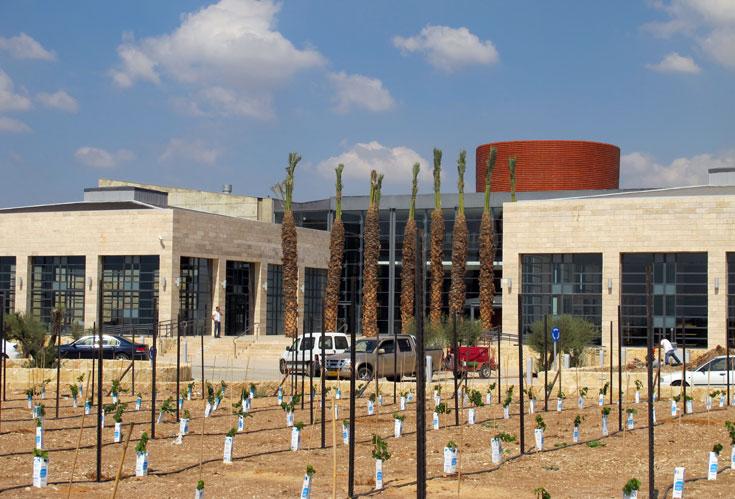 מרכז המבקרים של יקבי ברקן, המתאפיין בחזית סימטרית המשלבת אבן מקומית וזכוכית (צילום: מיכאל יעקובסון)