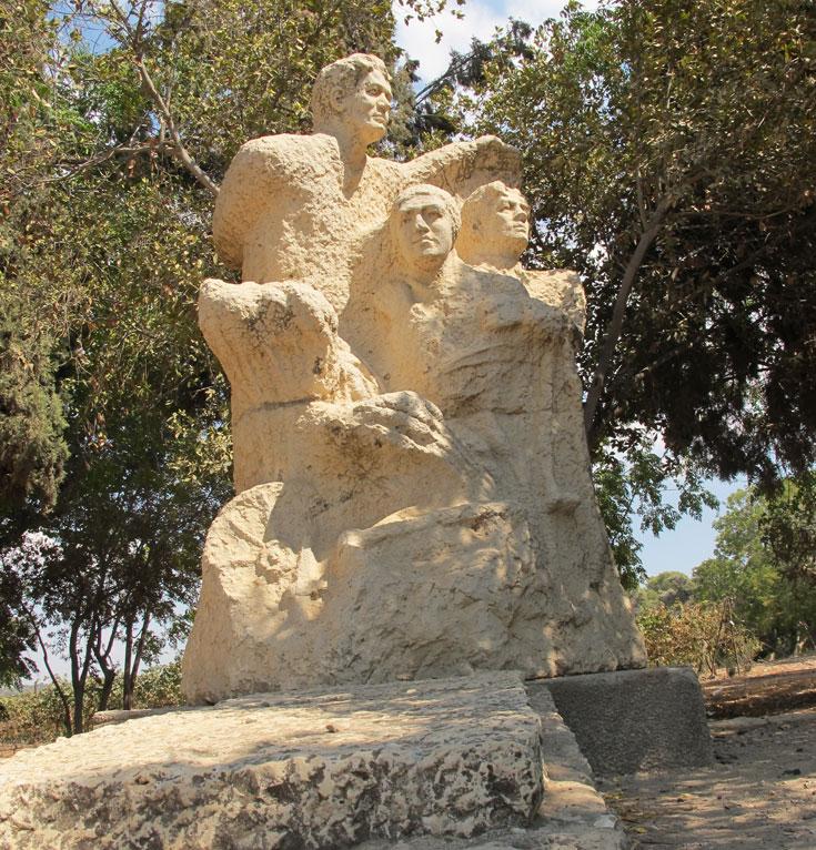"""מצבת האבן """"עבודה והגנה"""" שעיצבה הפסלת בתיה לישנסקי, על קברו של אפרים צ'יזיק  (צילום: מיכאל יעקובסון)"""