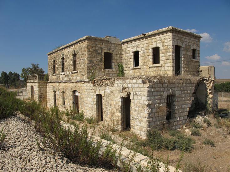 תחנת הרכבת הטורקית. ב-1938 פוצצו פורעים ערבים את גג הרעפים וזה הוחלף בגג שטוח, כדי להגן על יושבי המבנה (צילום: מיכאל יעקובסון)