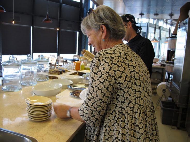 עפרה גנור (בצילום) ובן זוגה אבי הם זוג ותיק ומוערך בסצינת האוכל הישראלית: ''הטאבון'' המנוחה, ''מאנטה ריי'' המצליחה, וגם ''טעם העיר'' (צילום: יונה, נמל יפו)