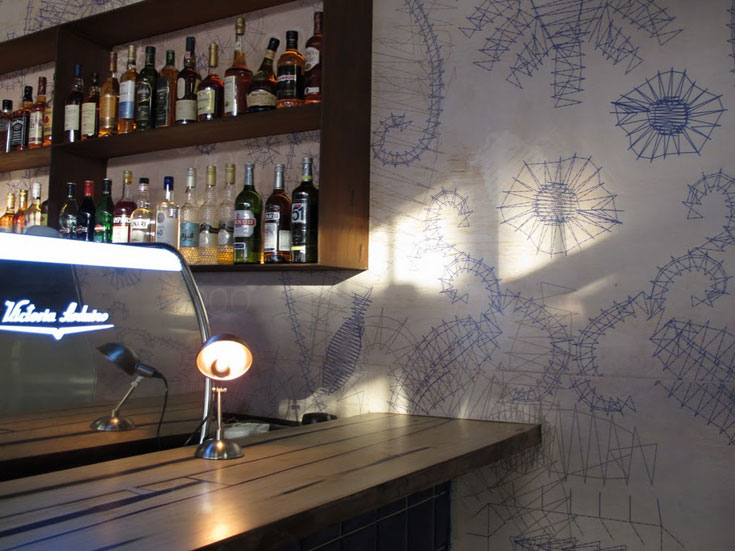 קירות מצוירים ומנורות שולחן (צילום: יונה, נמל יפו)