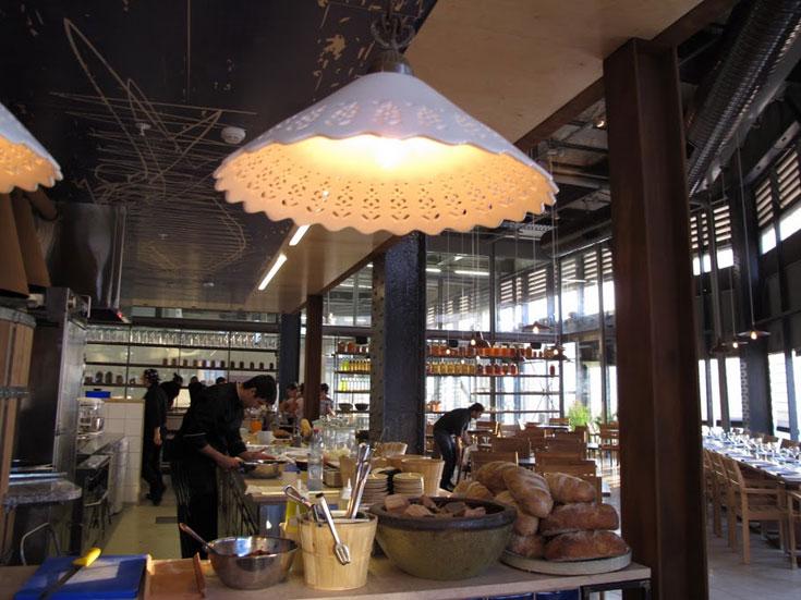 הקונספט של עפרה ואבי גנור, בעלי המקום, הוא ''מסעדת קוד פתוח'': המטבח נטוע ממש בלב המסעדה, למשל (צילום: יונה, נמל יפו)