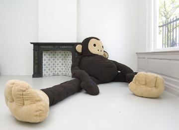 צעצועים ענקיים שרועים על רצפת הגלריה (באדיבות פלורנטיין הופמן)