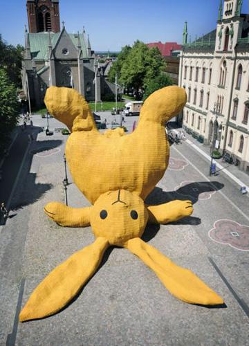 ארנב עשוי רעפים צהובים, מוטל בכיכר כמו צעצוע שנזרק (באדיבות פלורנטיין הופמן)