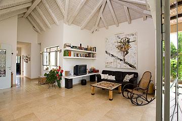 בסלון שילוב של רהיטים ישנים ורהיטים שעיבדה אביטל (צילום: רני לוריא)