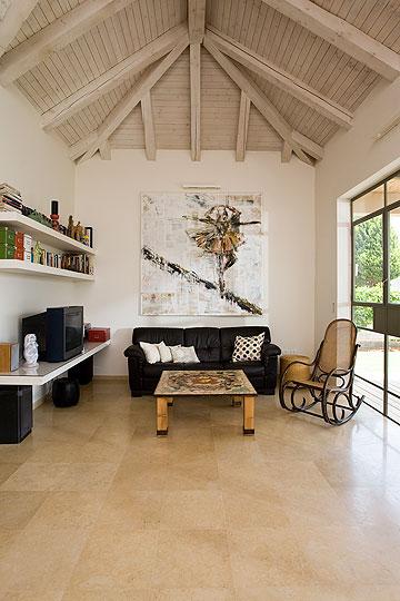 האלמנט המרכזי בסלון הוא תמונה שציירה בעלת הבית. את שולחן הסלון קישטה בשברי קרמיקה (צילום: רני לוריא)