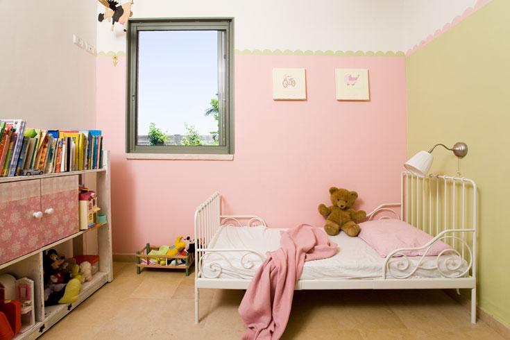 חדרה של הבת הקטנה: מיטת ברזל מאיקאה, שידה ישנה שנצבעה לבן וקירות בוורוד וירוק (צילום: רני לוריא)