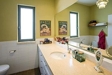 אחד מחדרי האמבטיה: ארון שירות גדול ונברשת מאיקאה (צילום: רני לוריא)