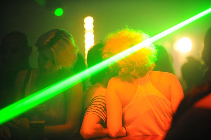 התאורה מפלחת לפעמים את רחבת הריקודים ומגיעה לבר (צילום: גדי דגון)